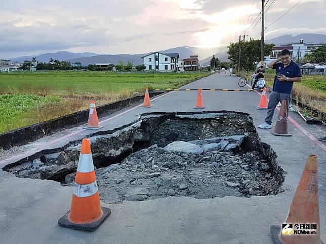 宜蘭市中山路5段287巷道路今(22)日中午突然塌陷,形成一個長4公尺、寬3公尺、深2公尺的大坑洞