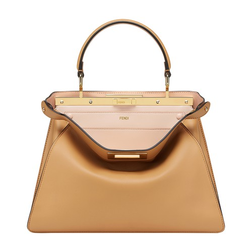 Presented on the occasion of the Fall/Winter 2020 Fashion Show, the new Peekaboo I see U bag reinterprets the concept that has always defined the distinctive nature of Peekaboo bags: the surprise detail hidden inside. The new Peekaboo I see U features a contrasting interior, fully lined in extremely soft powder pink nappa leather, and a removable, interchangeable pocket that can be personalised. The new Peekaboo I see U consists of 2 compartments divided by a rigid partition, with a twist lock o