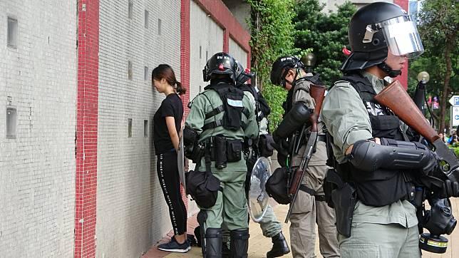 在牛頭角玉蓮臺被捕的黑衣女子。