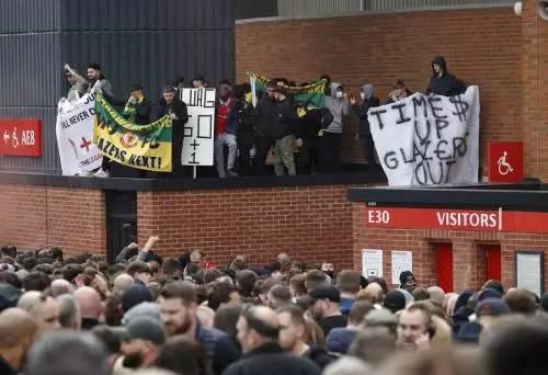 Demo suporter Man United (Foto: Reuters)