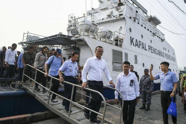 Menteri Kelautan dan Perikanan Edhy Prabowo memilih membagikan kapal hasil sitaan kepada nelayan daripada ditenggelamkan.