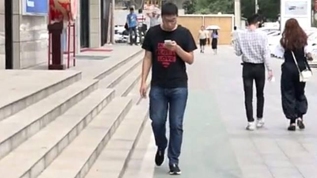 ศูนย์การค้าในจีนทำช่องทางเดินพิเศษสำหรับคนติดมือถือ ให้เดินก้มหน้าเล่นได้อย่างสบายใจ