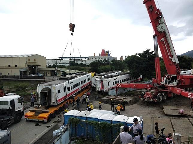 現場人員連續三天輪番搶修被撞毀的新馬車站,出動700噸的吊車將車廂調離現場。記者江婉儀/攝影