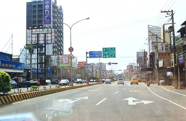 第二名的路口位於竹北市中華路和光明六路的路口,該路段有50公里的測速桿。記者郭政芬/攝影