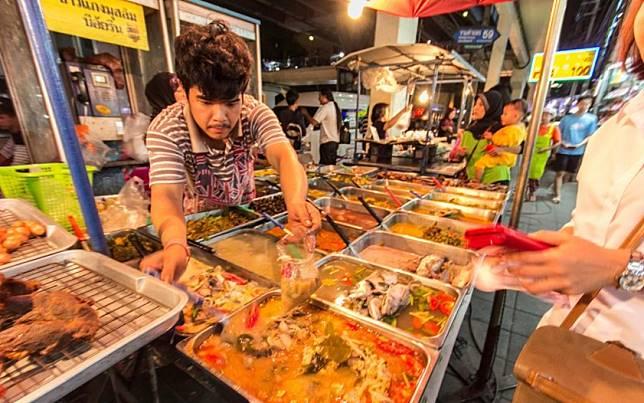 Hasil gambar untuk penjual makanan Thailand mengenakan hijab