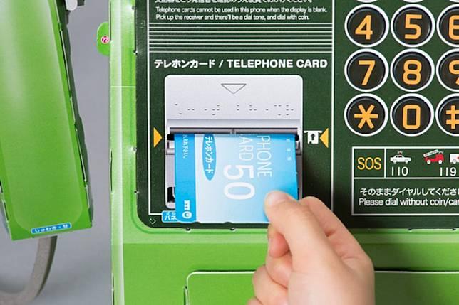 當掛起電話筒時,插入嘅電話卡更識得彈出,好有Feel啊!(互聯網)