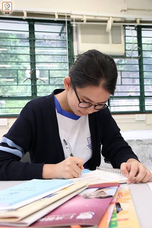 中學強調自主學習,學生需要自行編寫筆記。(張錦昌攝)