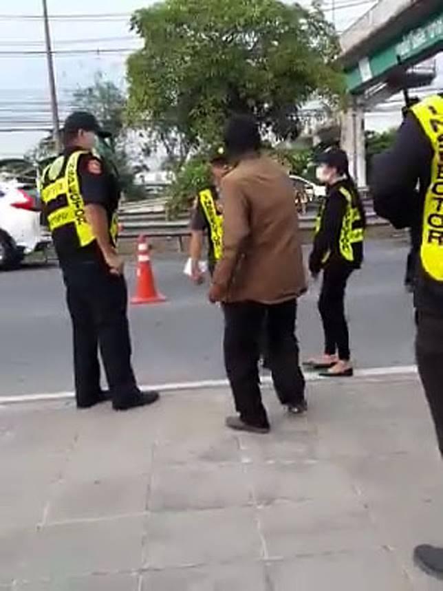 หนุ่มหัวเสียถูกจับทะเบียนขาดและไม่พกใบขับขี่ ด่ากราดหน้าด่านขนส่งปากน้ำ