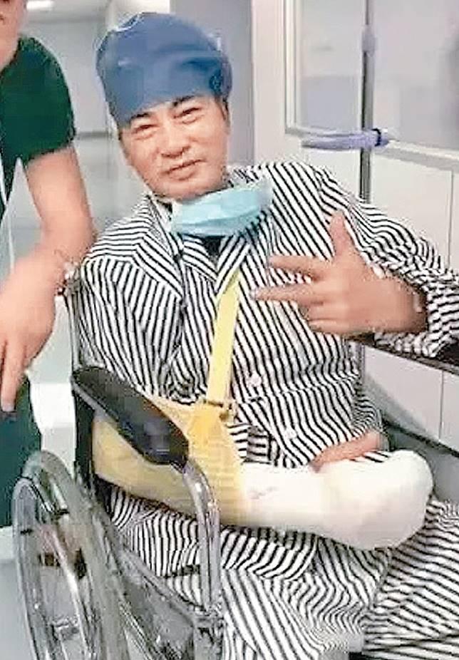 任達華在內地施手術後,精神不錯擺甫士影相。