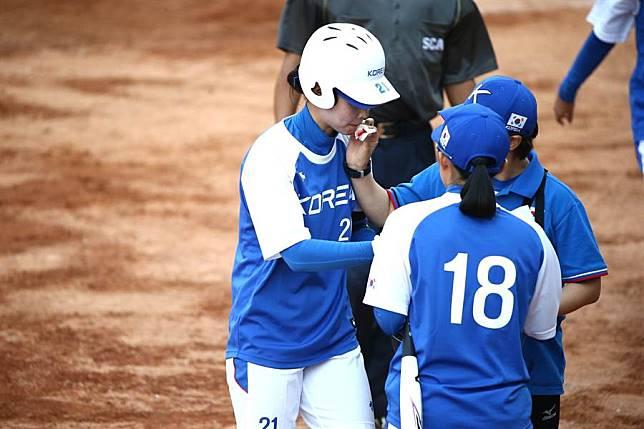 亞運》不閃球的後果  南韓女壘球員滿嘴是血