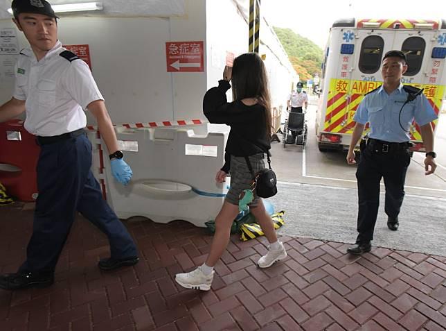 少女臉部受傷,由救護車送院治理。