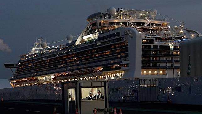 Kapal pesiar Diamond Princess berlabuh di Daikoku Pier Cruise Terminal di Yokohama, selatan Tokyo, Jepang 19 Februari 2020. Dari 3.700 penumpang, sebagian telah meninggalkan kapal karena masa karantina berakhir. REUTERS/Kim Kyung-hoon