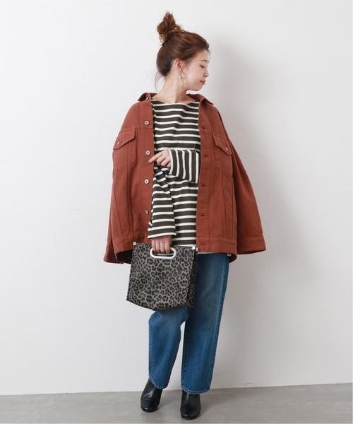 棕白橫條紋上衣搭配牛仔褲與oversize棕色夾克