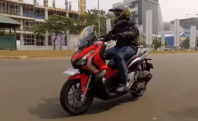 Meskipun sudah meluncur sejak bulan Juli, pembeli skuto Honda ADV150 ternyata masih harus inden.