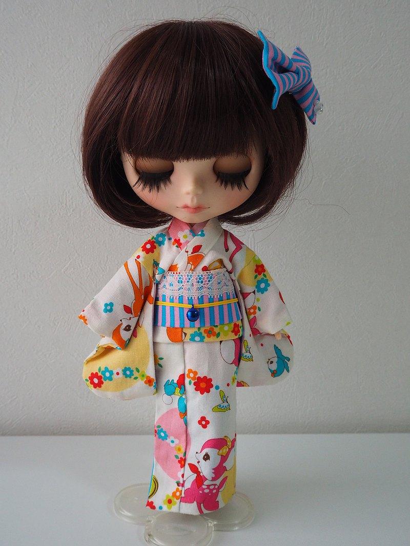 白色織物上印有可愛的小鹿 這是一個可愛的娃娃大小的和服