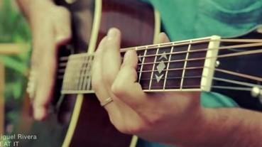 神乎奇技 男子用一把吉他演奏麥克傑克森名曲