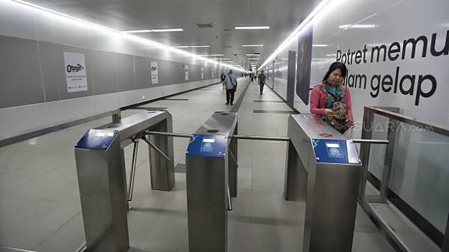 Suasana di Stasiun MRT Bundaran HI, Jakarta, Senin (25/3).[Suara.com/Muhaimin A Untung]