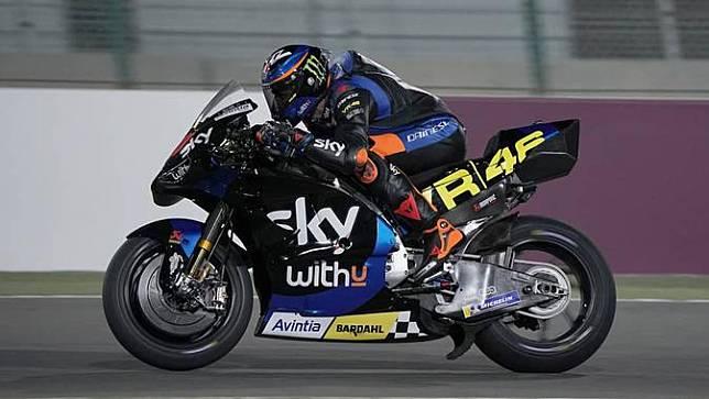 Luca Marini kendarai motor Ducati Desmosedici pada sesi tes shakedown MotoGP Qatar. (Twitter/SKY Racing VR46)