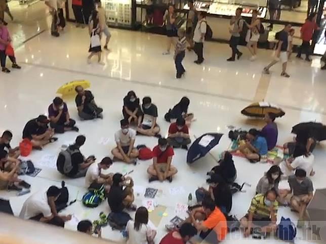 一批市民下午到沙田新城市廣場抗議。(王磊攝)