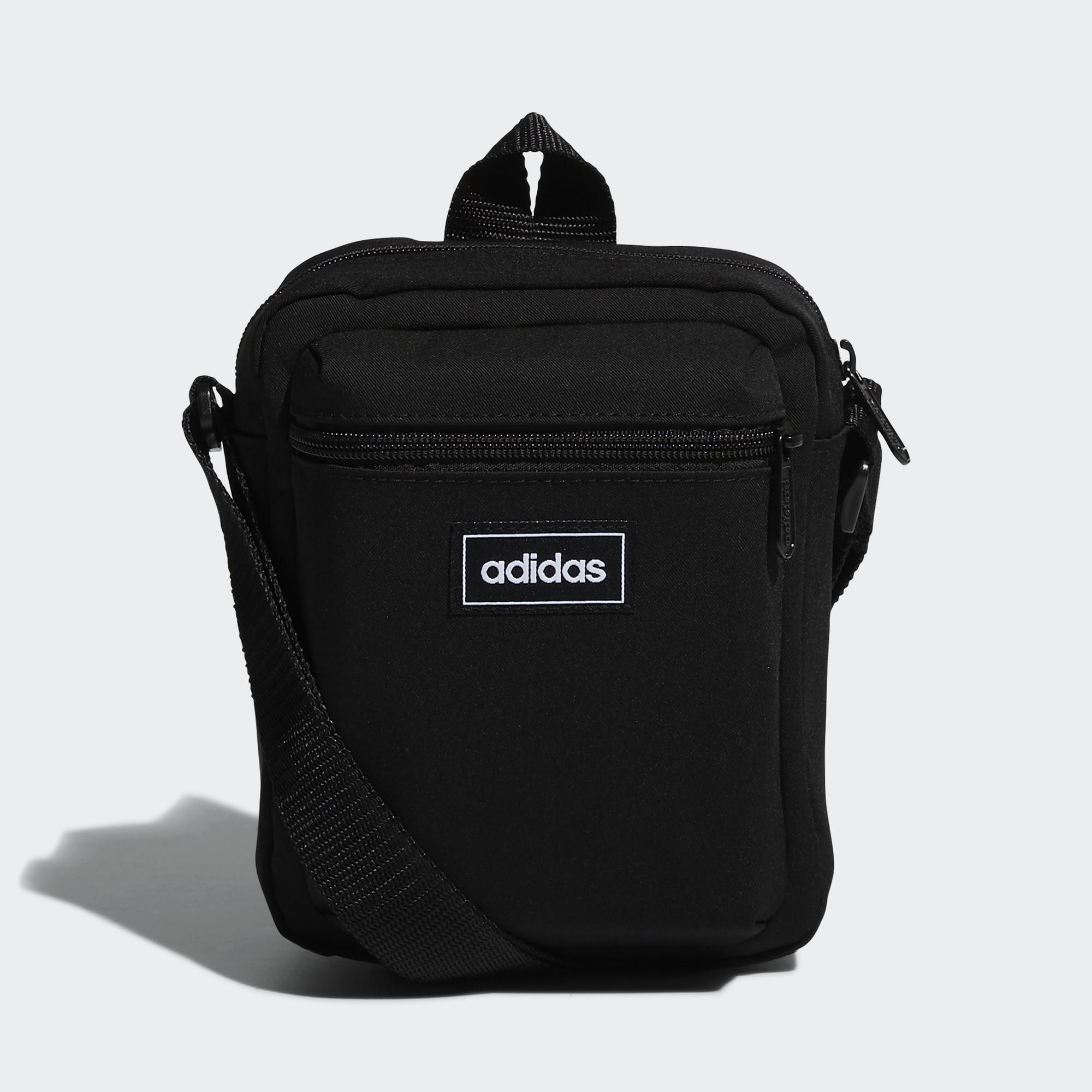 尺寸:15 cm x 20 cm x 8 cm 容量:3.5 L 100% 再生聚酯平紋布 小型肩背包 正面拉鍊口袋 可調式織紋肩背帶