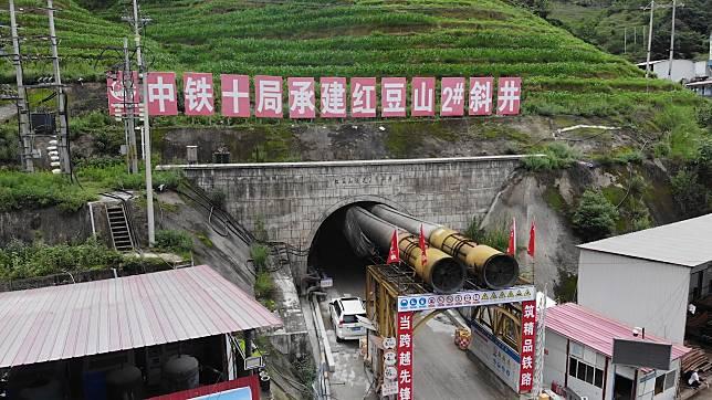 จีนเจาะ 'อุโมงค์รถไฟ' ผ่านภูเขาเสี่ยง 'ก๊าซพิษ 8 ชนิด' ทะลุสำเร็จ