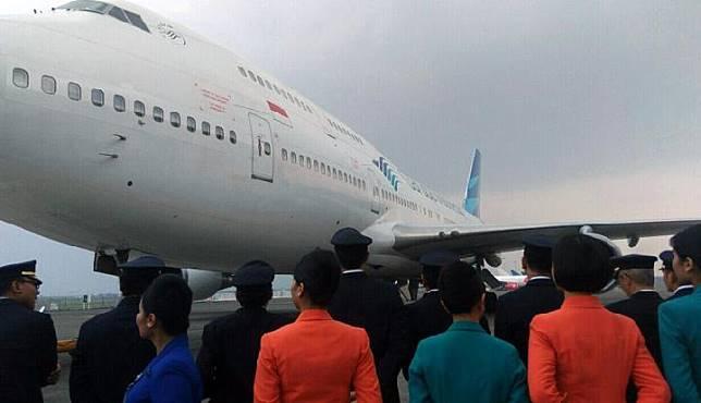 Pilot dan pramugari Garuda Indonesia memberikan penghormatan terakhir kepada Boeing 747-400 di Cengkareng, 9 Oktober 2017. Tempo/Vindry Florentin