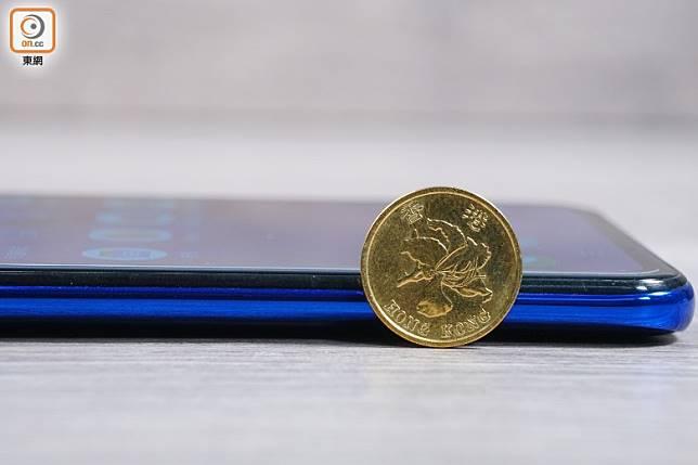 僅厚8.21mm,纖薄輕巧。(莫文俊攝)