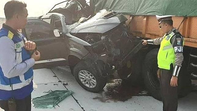 Kondisi mobil Toyota Fortuner setelah menghantam truk tronton di Tol Ngawi-Sragen, Minggu (15/9/2019).