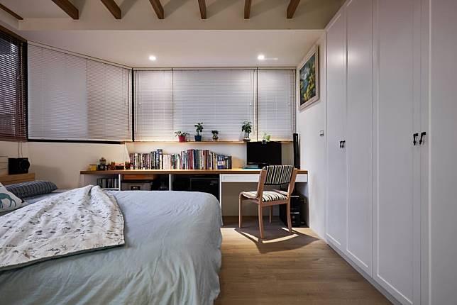 7. 兼具書房功能的舒適臥房