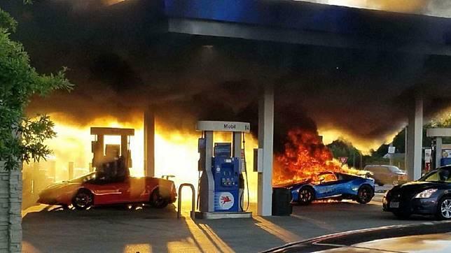 美國一輛藍寶堅尼在加油站突然起火燃燒。(圖/翻攝自Parker Gelber臉書)