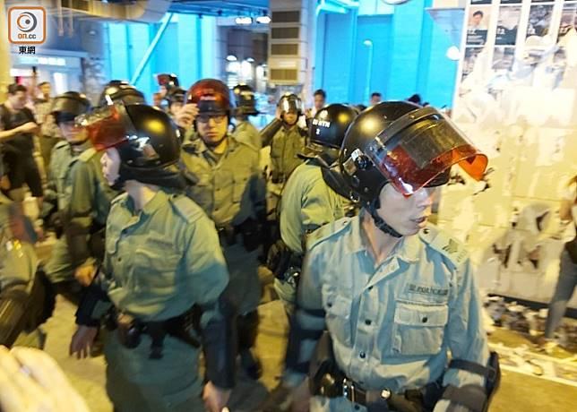 元朗港鐵站外發生衝突,大批防暴警員到場。(張開裕攝)