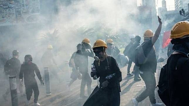 ผู้นำฮ่องกง ประณามผู้ประท้วงหลังจากตำรวจพบระเบิดกว่า 8,000 ลูกในมหาวิทยาลัยฮ่องกง