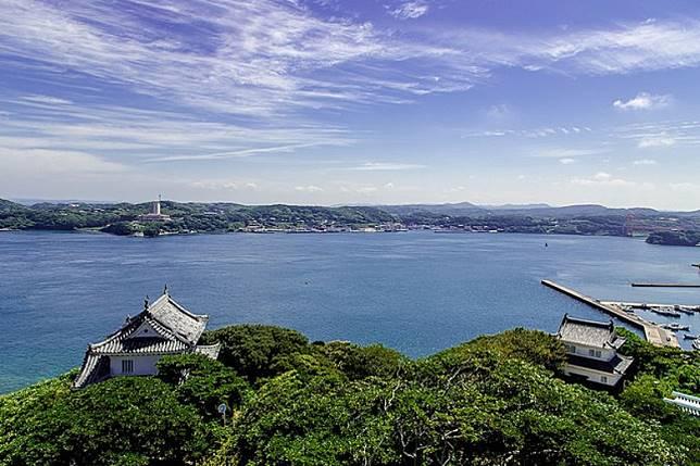 平戶城位置可眺望到銜接九州本土與平戶島的平戶大橋,風景一流。(互聯網)