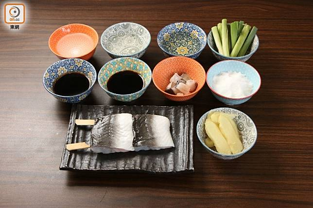 燒鱔的材料很簡單,但要煮得好食,就先要預備用魚骨熬成的醬汁。(盧展程攝)