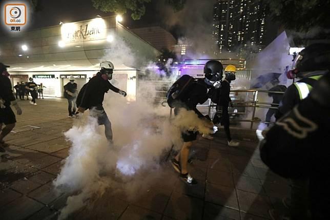 示威者常用的頭盔及防毒面罩,在香港淘寶已找不到。
