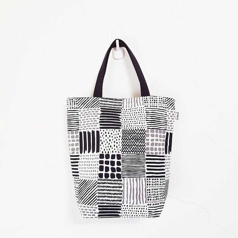 【款式】隨手袋 / 雙杯袋 / 托特包 【size 】約25x25cm(底部約10cm) 內袋一個10x15公分橫式 / 磁扣 / 附底板 【材質】表-日本棉布 / 裡-黑色厚棉布