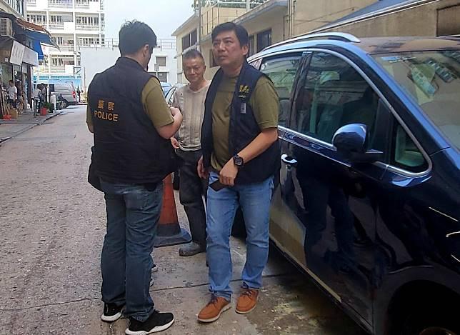 探員向停泊附近車輛的車主要求索取車cam錄影片段。林思明攝