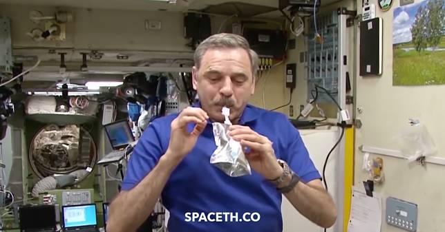 นักบินอวกาศดื่มน้ำจากปัสสาวะของตัวเอง และเพื่อนร่วมภารกิจ (ที่ผ่านการกรองจนสะอาดกว่าน้ำบนโลก)