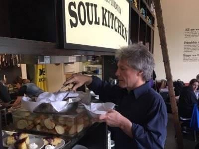Jon Bon Jovi Buat Restoran Gratis untuk Orang-orang yang Membutuhkan