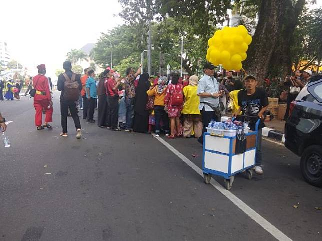 Pedagang minuman kemasan di sekitar Mahkamah Konstitusi saat unjuk rasa mengawal sidang gugatan Pilpres, Selasa, 18 Juni 2019. Tempo/M Yusuf Manurung