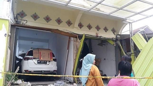 Sebuah ledakan tabung gas menghancurkan rumah dan merusak Toyota Fortuner serta satu pikap dan tiga mobil lain di Jambi