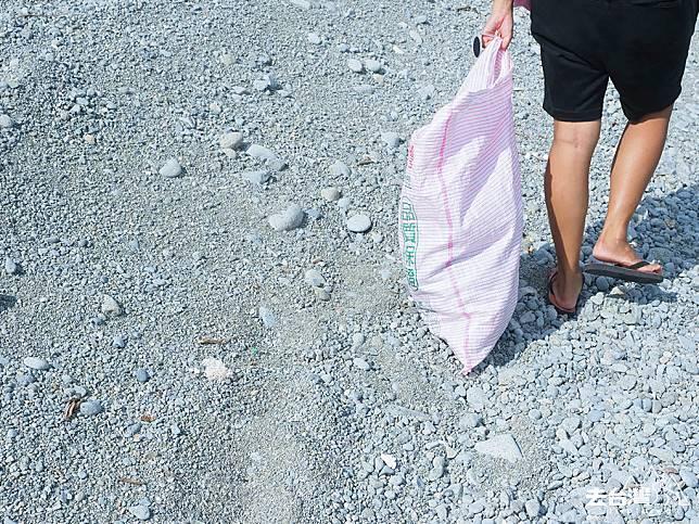 一有空餘時間,欣怡會帶著可循環再用的米袋到海邊撿一些漂流木或有趣的垃圾去做創作。