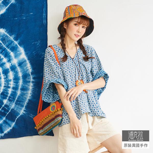 【潘克拉】藍染花朵印花V領落肩罩衫 TM1080 FREE藍色