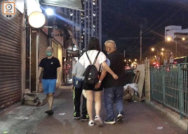 傍晚7時,大媽送兩名男子離開蝴蝶灣公園,3人舉止親暱。