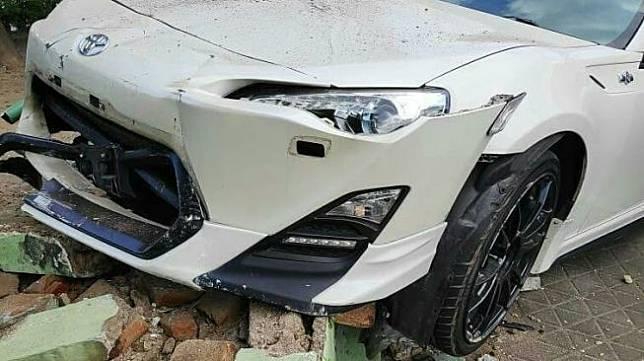 Kecelakaan mobil mewah di Jogja. (Instagram/@jogja_ig)