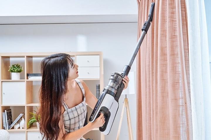 針對高處傢俱、窗簾或是冷氣外露的管線最容易堆積灰塵,這時候只要將灰塵刷吸頭接上延長鋁管就能輕鬆清潔高處髒污。