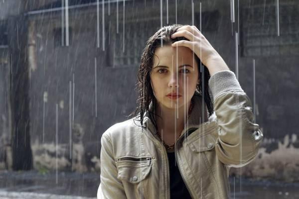 Saat Hujan Tiba, 5 Zodiak Ini Paling Rawan Terjebak dalam Kenangan
