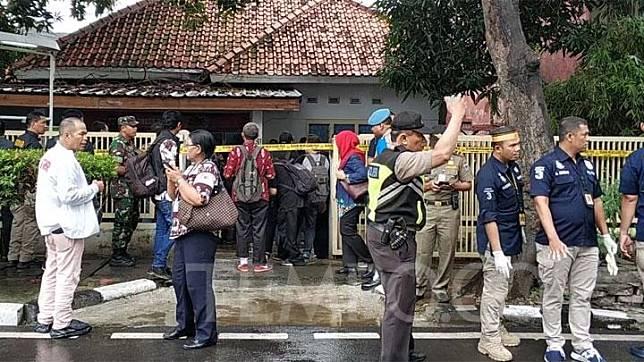 Suasana klinik aborsi ilegal yang sudah dipasangi garis polisi di kawasan Paseban, Senen, Jakarta Pusat, Jumat, 14 Februari 2020. ari catatan polisi klinik tersebut sudah melayani 903 orang. TEMPO/M Julnis Firmansyah