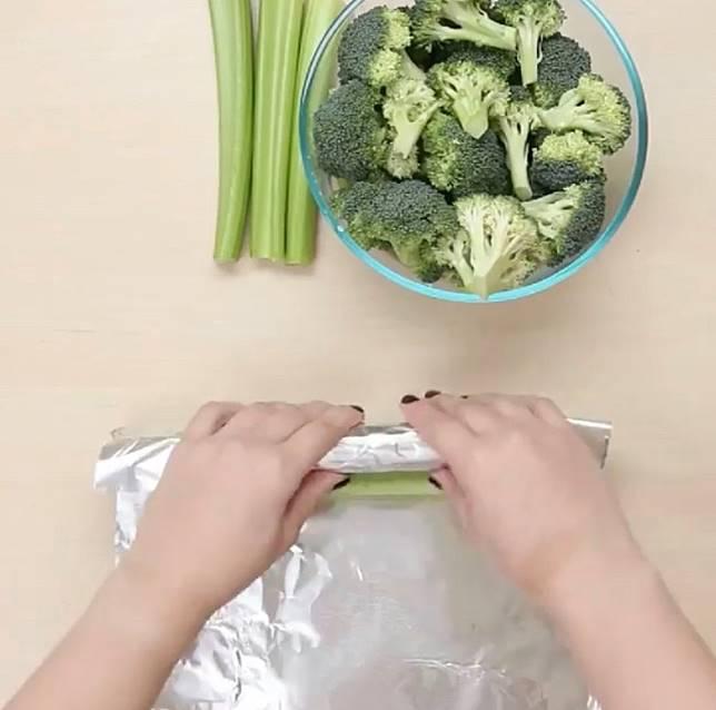 西芹及西蘭花包上錫紙冷藏,便能保持又爽又脆的質感。(互聯網)