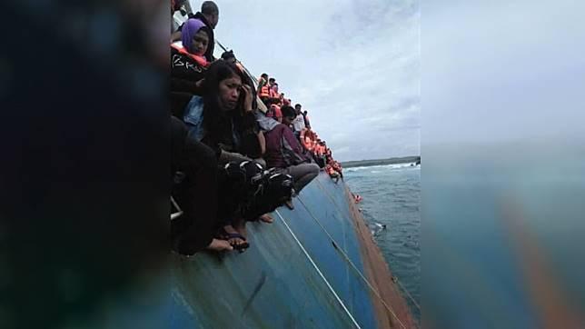 Sejumlah penumpang berusaha menyelamatkan diri dari KM Lestari Maju yang tenggelam. (Foto: Istimewa)